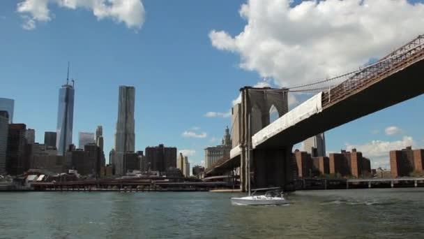 Pohled z New Yorku při East River na Brooklyn Bridge-plovoucí