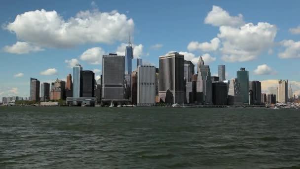 Pohled na panorama New Yorku a plovoucí East River trajektem.