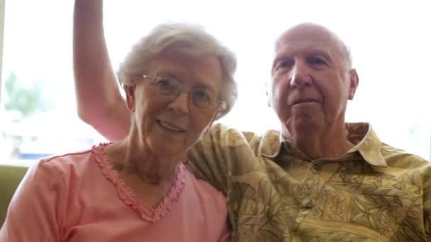 A statikus lövés egy idős ember üzembe karját körül egy idős nő.