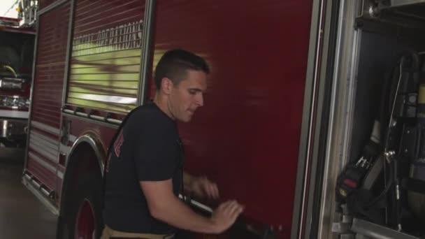 hasič poblíž hasičský vůz