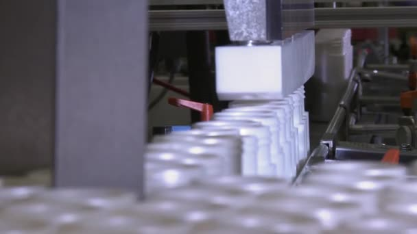 Detailní záběr z plastových lahví, naplněním