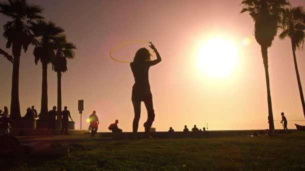 Frau spielt mit Hula-Hoop-Reifen
