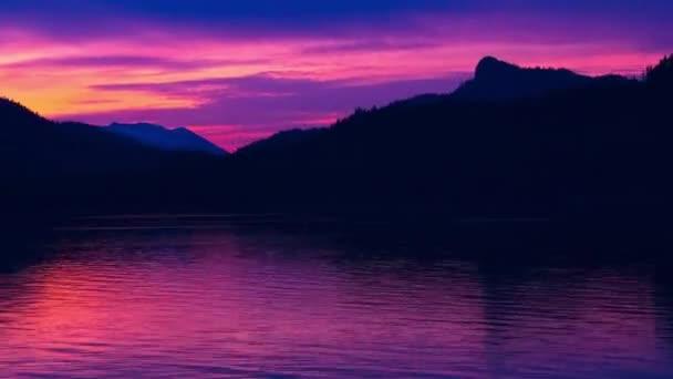 západ slunce nad horský hřeben na Aljašce