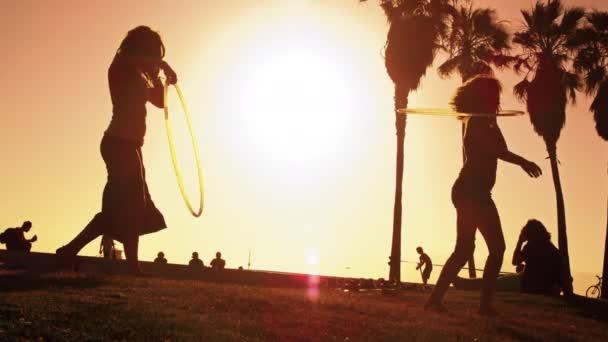 Hula-Hoop-Vorführung zweier Frauen