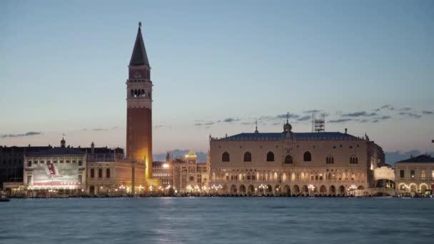 Naplemente a Szent Márk tér gyorsított éjszaka San Giorgio