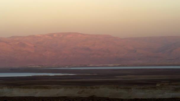Mrtvé moře a hory při západu slunce v Izraeli