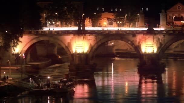 Zleva doprava pan osvětlené Ponte SantAngelo v noci