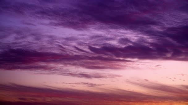 Fialové mraky při západu slunce v Izraeli