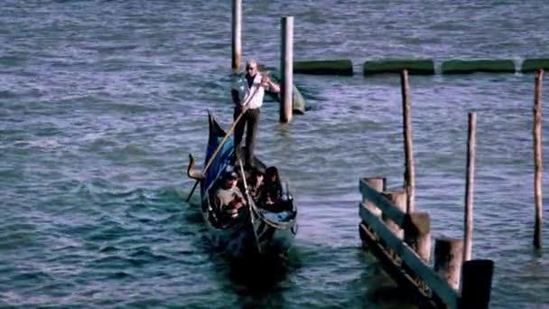 Lövés egy gondola, akár a sziget San Giorgio dönthető csatorna.