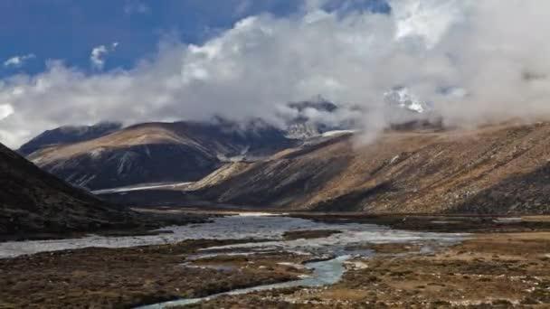 dno údolí v Himálaji v Nepálu