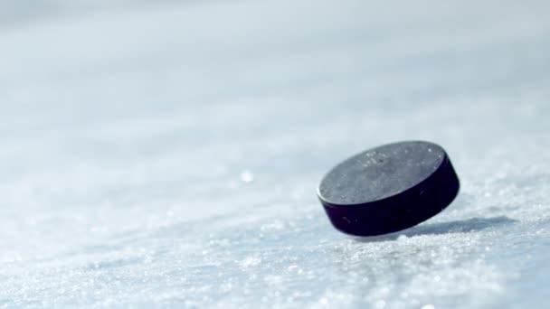 Hokejový puk na ledu a odvezla rukavici
