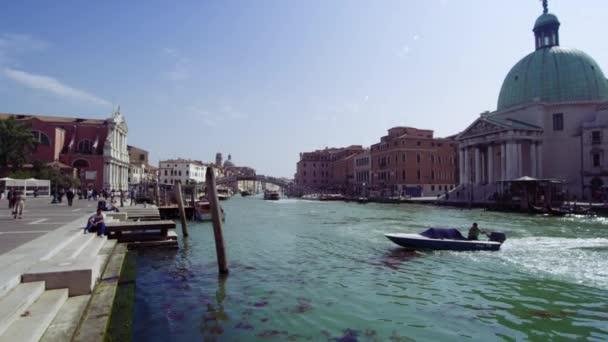 Lassított mozgáskövetés shot csónakot utazás a Grand Canal