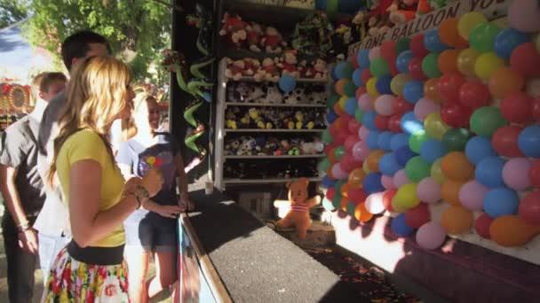 chlapec a dívka hraje hrou na karneval