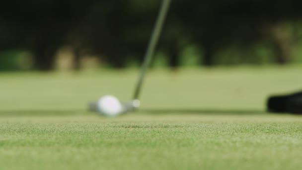 ten chybějící koulí na golfovém hřišti
