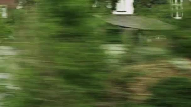 külvárosi környéken mozgó vonatról