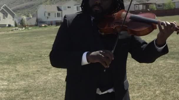 az ember játszik egy szabadtéri zenekar hegedű solo