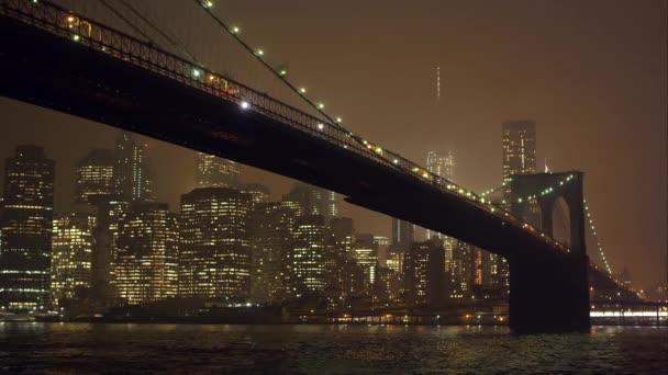 East River a Brooklynský most.