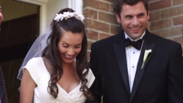 menyasszony és a vőlegény dobott rizzsel