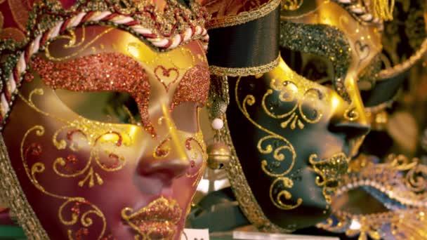 Statische Aufnahmen mehrerer Karnevalsmasken.