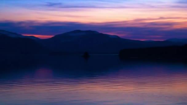 naplemente a sziluettje a hegygerinc mögött