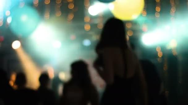 Rozmazané záběry s mládeží atraktivní tanec v nočním klubu