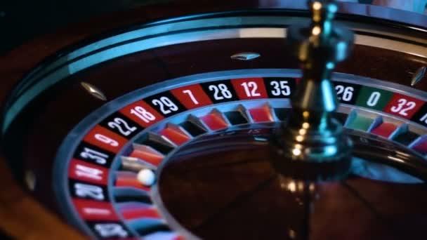 Ruská ruleta kolo se točí v kasinu a malé bílé koule leží v patici.