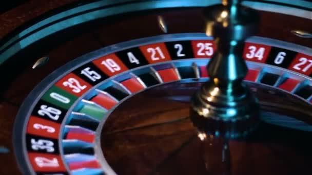 Ruská ruleta kolo se točí s malý bílý míček se děje kolem stolu hry v kasinu.