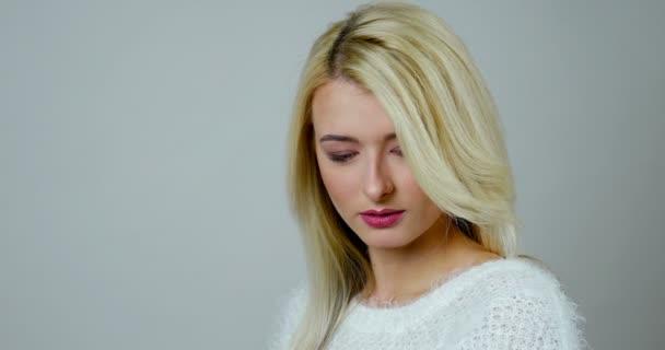 Detail portrétu Mladá blondýnka dělá nabídka elegantní úsměv