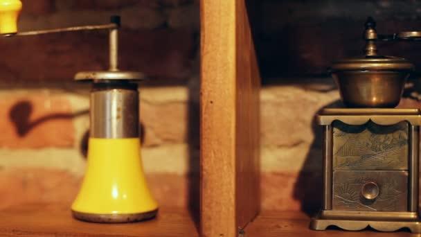 Vintage kávédarálók, a különböző stílus és a színek a bricky háttér.
