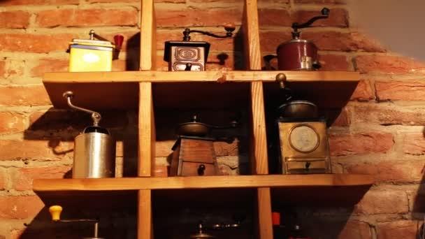Kolekce různých druhů vinobraní kávové mlýnky putten na dřevěném prkénku