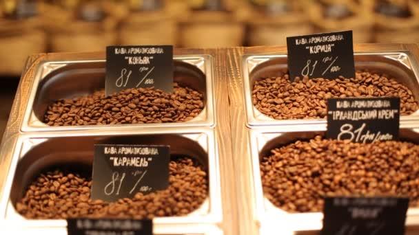 Různé druhy kávy s velkou škálu sortimentu a cen varianta putten na dřevěné desce
