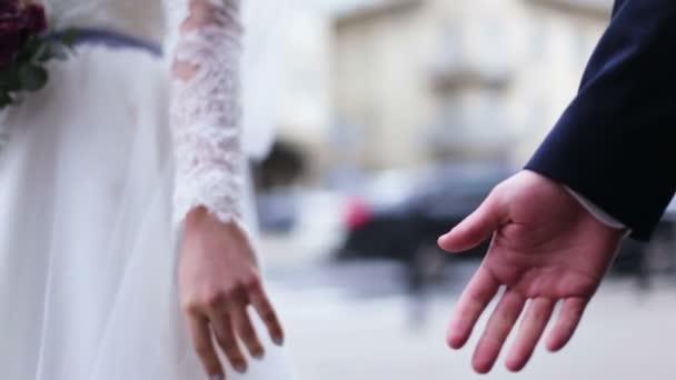 e075012af Novios enamorados agarrados de la mano en la calle — Vídeos de Stock ...