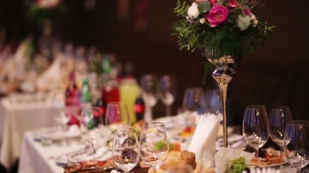 Cateringové služby nastavit pozadí s jídlem a pitím připravené v restauraci pro hosty u příležitosti svatby.