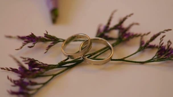 Na svatbě střílí snubní prsteny na květiny