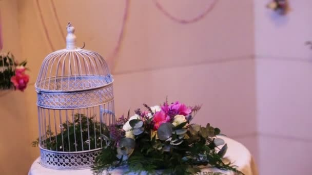 Bel matrimonio decorazione fatta di fiori di diversi tipi e colori su un tavolo di nozze in un ristorante di lusso.