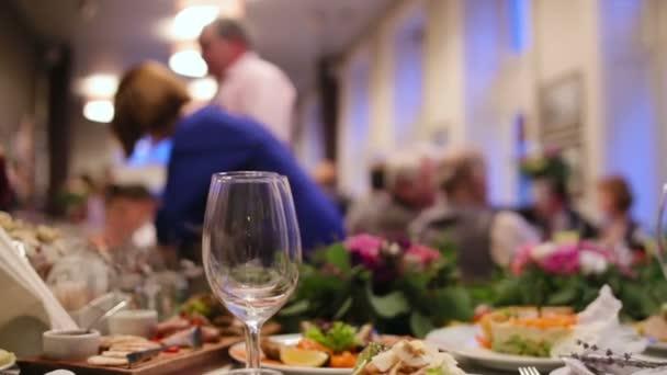 Zblízka a prázdných sklenic na svatební obřad.