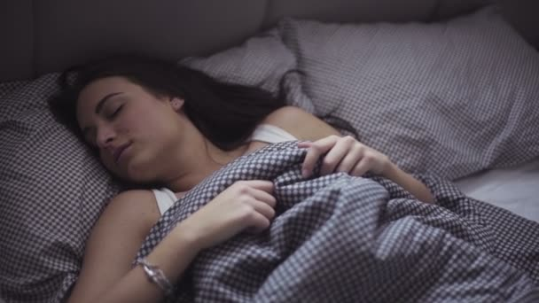 Slow motion záběry atraktivní kavkazské dívku, která je snadné, probuzení v posteli útulné.