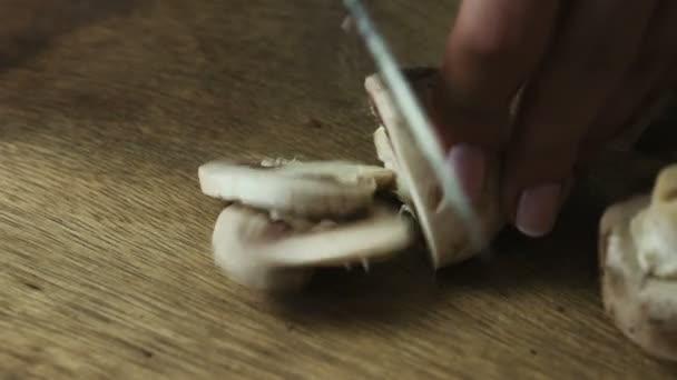 Krájení syrové houby na detailním řezací deska