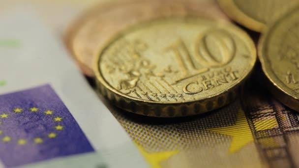 mnoho eurobankovky a mince, detailní záběr