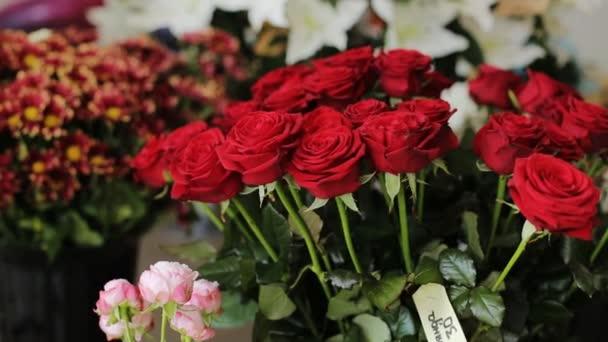 Zblízka kytice z červené růže a dalších květin pozadí