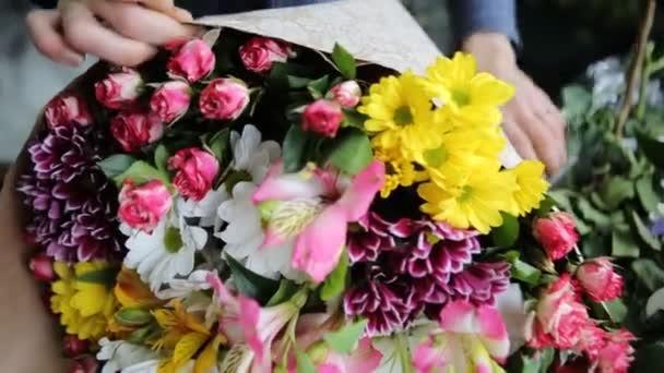 Szezonális színes csokor gyönyörű virágok