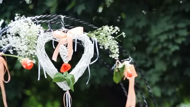 Decorazioni Matrimonio Arancione : Matrimonio altare decorato con il bianco cuore e rose arancioni