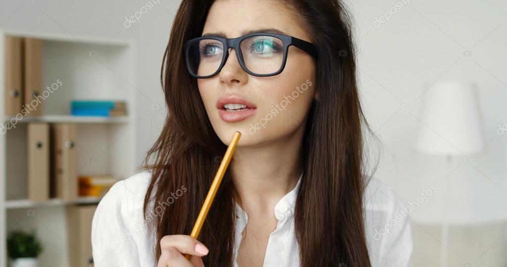parcourir les dernières collections mode pour toute la famille Belle jeune femme brune à lunettes, écrit avec un crayon au ...