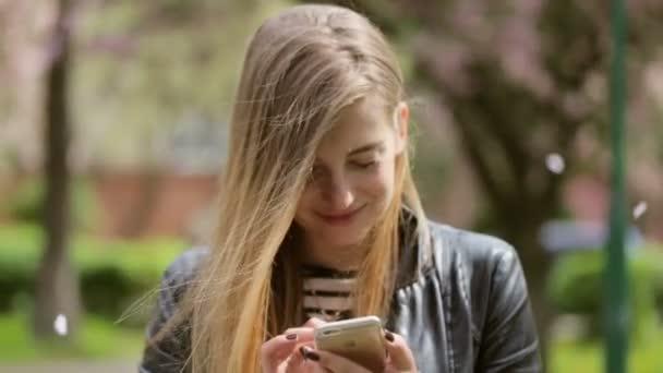 Roztomilá mladá dáma její telefon na ulici