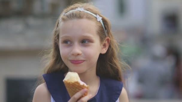 Malá holčička jíst zmrzlinu na horký, horký letní den na hřišti v parku, děti