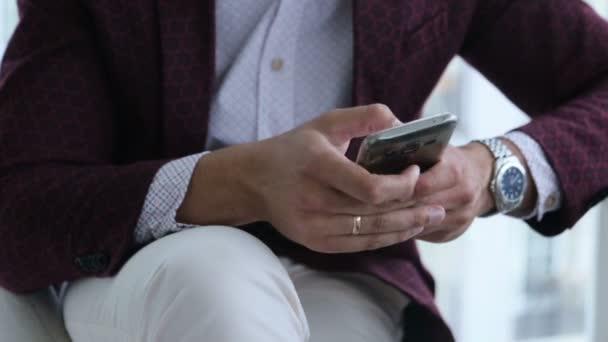 šťastný podnikatel s mobilním telefonu nebo smartphone