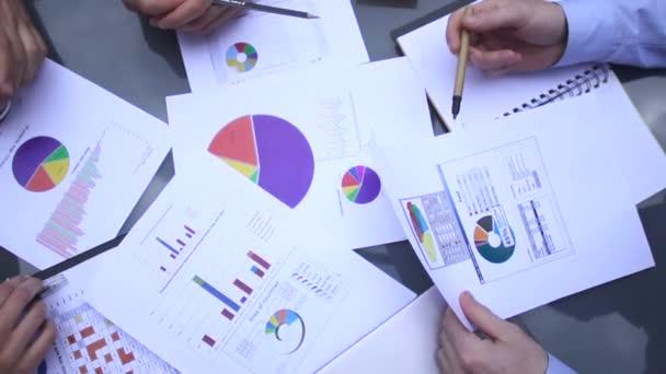 obchodní graf umístěn na stůl.