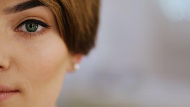 Detail oka s černou šipkou módní bruneta s elegantní krátký účes