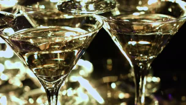 Pyramida s jiskřivé šampaňské brýlemi