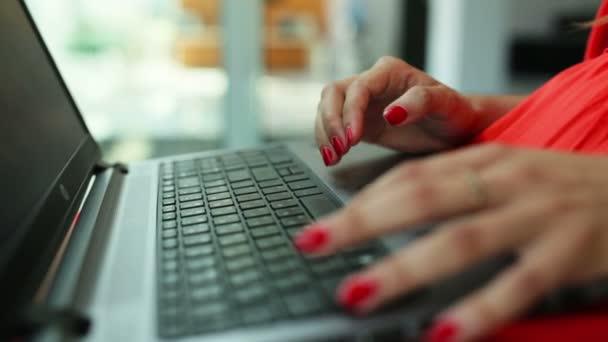 Dámské ruce psaní na počítači